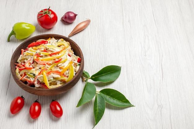 正面図白い机の上にマヨネーズと野菜を添えたおいしいチキンサラダスナック熟した食事色肉の新鮮なサラダ