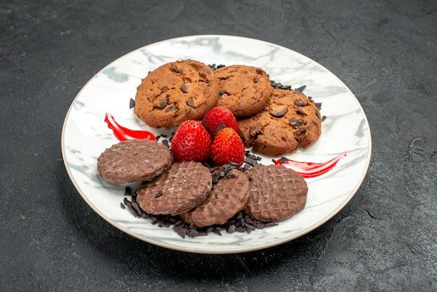 Vista frontale deliziosi biscotti al cioccolato per il tè all'interno del piatto