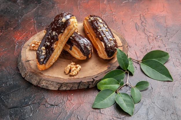 暗い背景の正面図おいしいチョコレートエクレア
