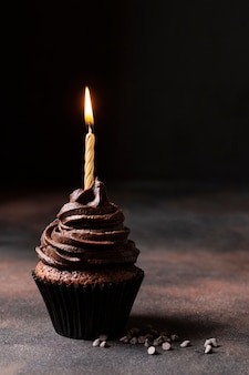 Vista frontale del delizioso cupcake al cioccolato