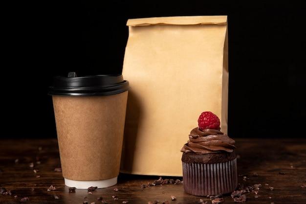 Vista frontale di deliziosi cupcakes al cioccolato con lampone