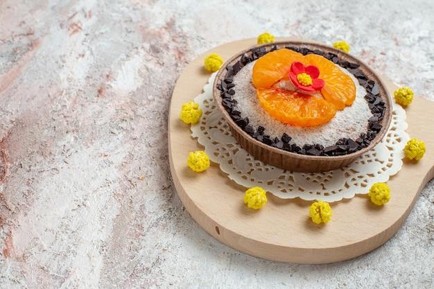 Vista frontale delizioso dessert al cioccolato con mandarini a fette su spazio bianco