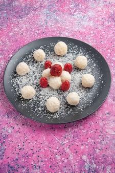 Vista frontale di deliziose caramelle al cocco