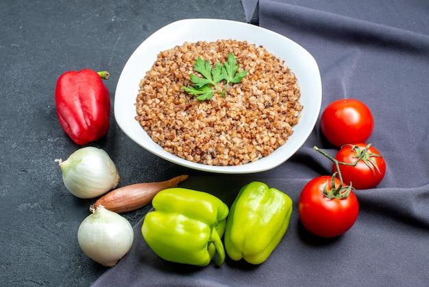 暗い空間で新鮮な野菜とおいしい調理そばを正面から見る