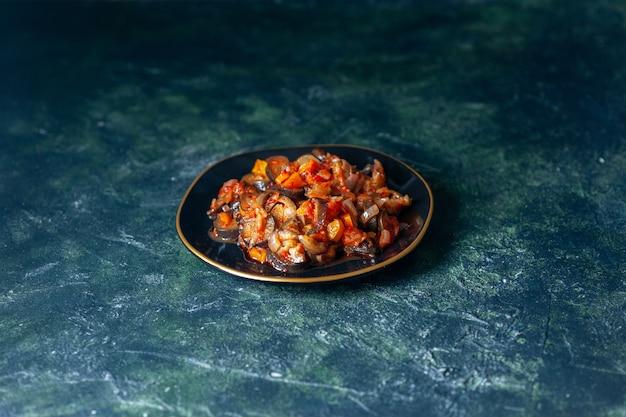 Vista frontale deliziose melanzane cotte con salsa extra all'interno della piastra su sfondo blu scuro