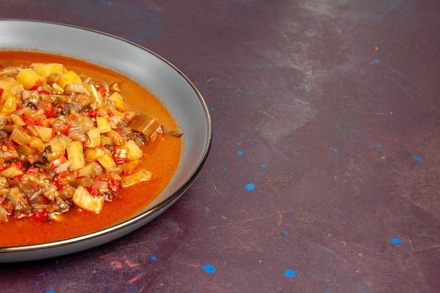 正面図濃い色の背景にタレでスライスしたおいしい調理野菜ソーススープミール野菜料理