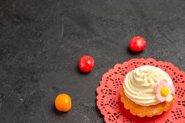 Вид спереди вкусные кремовые торты десерт к чаю с конфетами на сером фоне торт крем бисквит сладкое печенье десерт
