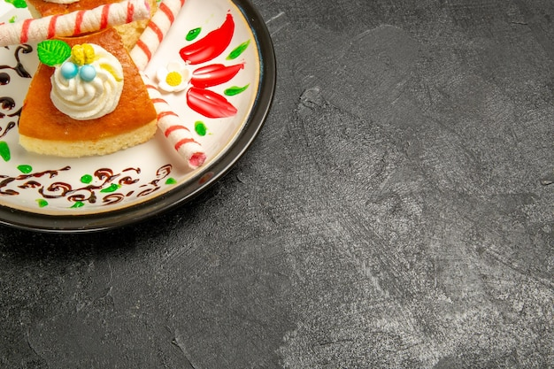 어두운 공간에 설계된 접시 내부의 전면보기 맛있는 크림 파이 달콤한 케이크 조각