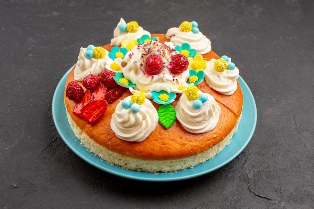 Vista frontale deliziosa torta alla crema con frutta su spazio scuro