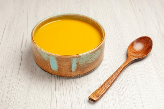 正面から見たおいしいクリーム スープ 黄色い色のスープ ホワイト デスク スープ ソース ミール クリーム ディナー料理