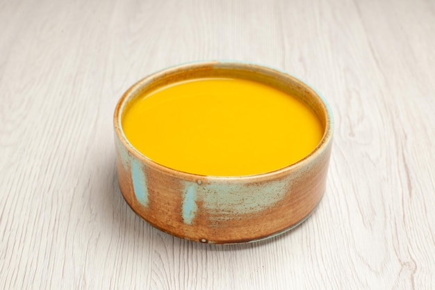 正面から見たおいしいクリーム スープ 黄色い色のスープ ホワイト デスク スープ ソース ミール クリーム ディッシュ ディナー