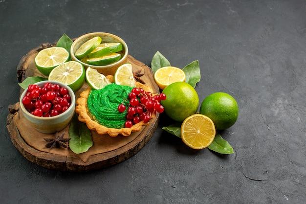 正面から見たフルーツとクリーミーなケーキ