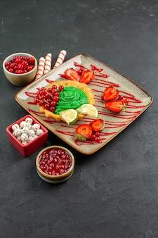 Vista frontale deliziosa torta cremosa con frutta