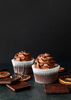 Vista frontale del delizioso concetto di cupcake