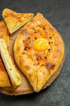 회색 공간에 구운 전면보기 맛있는 계란 빵