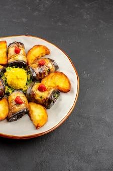 正面図暗い背景にベイクドポテトを添えたおいしいナスロール料理料理料理料理ベイクドポテトフライ