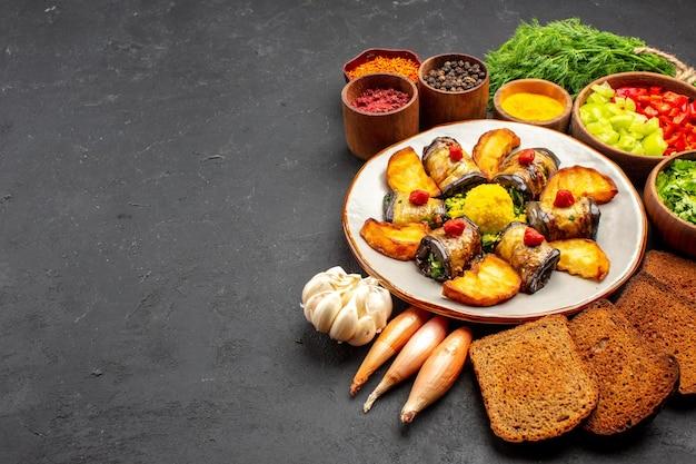 전면 보기 맛있는 가지 롤은 어두운 배경에 감자와 빵 덩어리를 곁들인 요리 요리 음식 요리 감자 튀김을 굽습니다