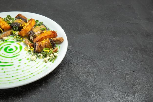 Вид спереди вкусные рулетики из баклажанов с запеченным картофелем внутри тарелки на темном фоне блюдо обед ужин картофель овощ