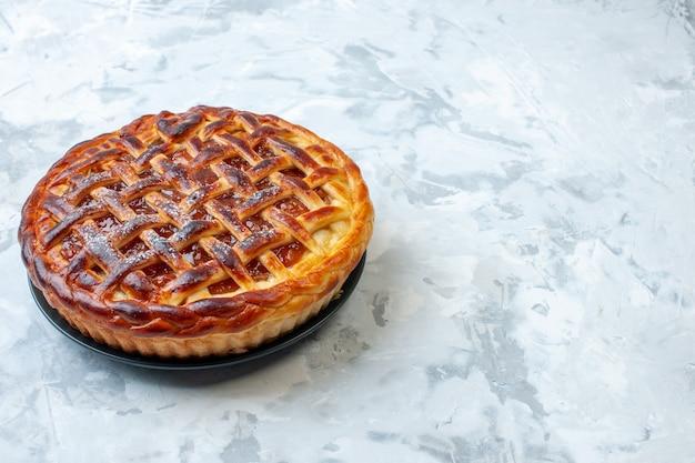Vista frontale deliziosa torta fruttata con gelatina su sfondo chiaro biscotto biscotto cuocere torta di noci torta dessert colore tè spazio libero