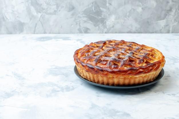 Vista frontale deliziosa torta fruttata con gelatina su sfondo chiaro biscotto biscotto cuocere torta di noci torta dessert colore tè
