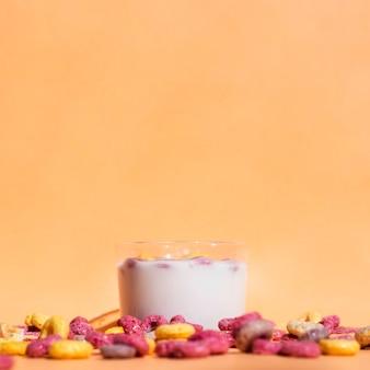 Bicchiere di latte e cereali deliziosi di vista frontale