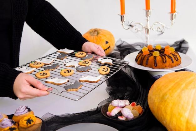 Vista frontale di deliziosi biscotti di halloween