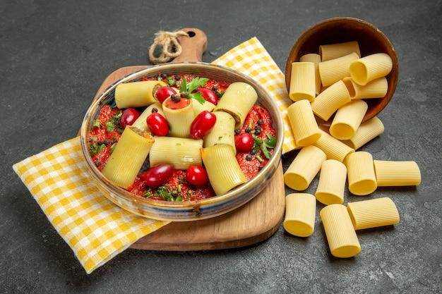 회색 배경 식사 파스타 저녁 반죽 음식에 고기와 토마토 소스와 함께 전면보기 맛있는 이탈리아 파스타