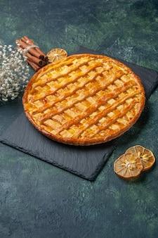 진한 파란색 표면에 전면보기 맛있는 젤리 파이 빵 디저트 차 케이크 오븐 반죽 설탕 비스킷 달콤한 색상