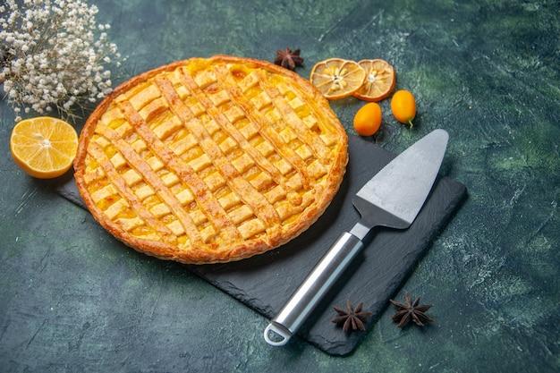 진한 파란색 표면에 전면보기 맛있는 젤리 파이 케이크 설탕 빵 디저트 차 오븐 반죽 비스킷 달콤한 색상
