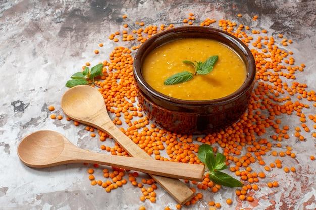 원시 렌즈 콩과 전면보기 맛있는 렌즈 콩 수프