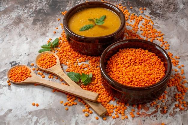 Вкусный суп из чечевицы с сырой чечевицей, вид спереди