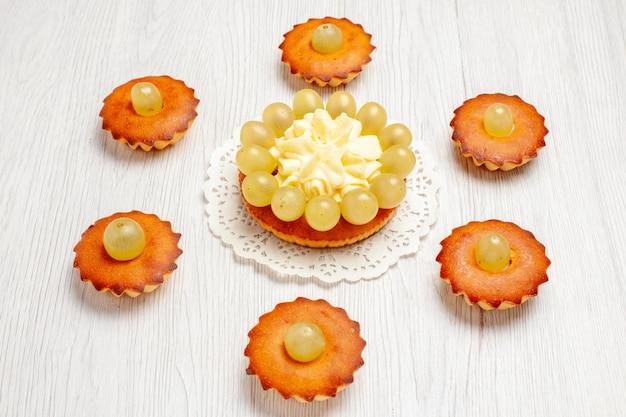 正面図おいしい小さなケーキ白いデスクケーキパイ甘いデザートティーに並ぶお茶にぴったりのスイーツ
