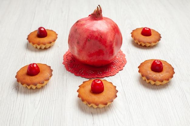 Vista frontale deliziose torte sul biscotto da dessert torta dolce scrivania bianca