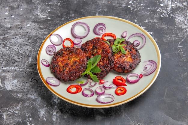 正面図オニオンリング付きの美味しい肉カツ