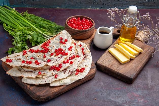 正面図おいしい肉クタブピタと新鮮な赤いザクロの暗い表面生地ピタミール食品肉