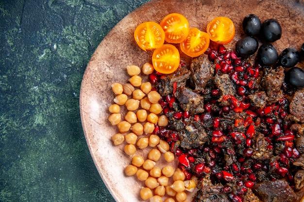 正面図暗い背景のプレート内の豆ブドウとレモンスライスで揚げたおいしい肉のスライス