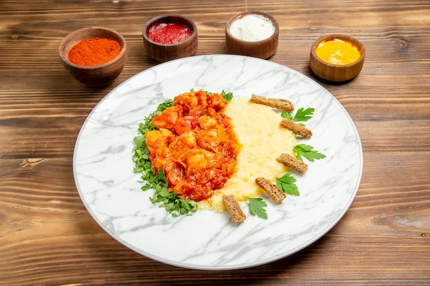 나무 책상 접시 고기 식사 감자 음식 빵에 mushed 감자와 조미료 전면보기 맛있는 고기 조각