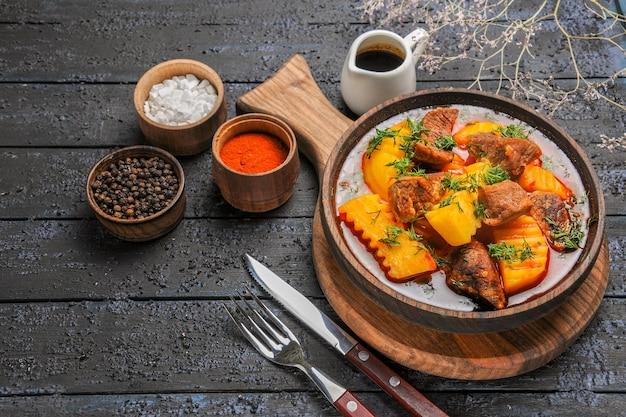 Vista frontale deliziosa zuppa di carne con verdure e patate su cibo a base di carne salsa scrivania scuro Foto Gratuite