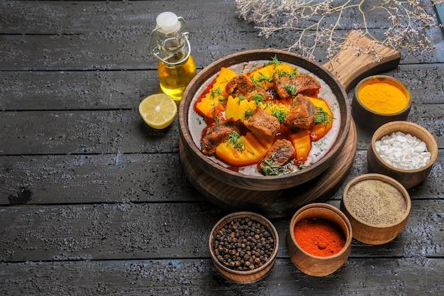 Vista frontale deliziosa zuppa di carne con patate e verdure sulla cena di cibo zuppa di carne scuro scrivania Foto Gratuite