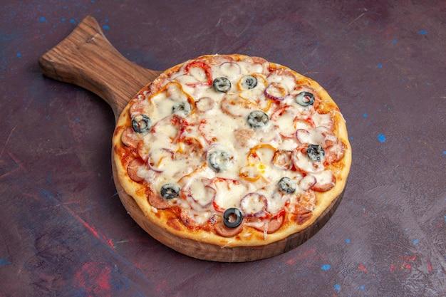 진한 보라색 표면 이탈리아 식사 반죽 피자 음식에 치즈 올리브와 토마토와 전면보기 맛있는 버섯 피자
