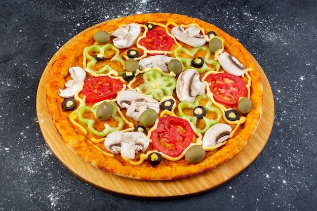 Vista frontale della deliziosa pizza ai funghi con pomodori rossi, peperoni e olive