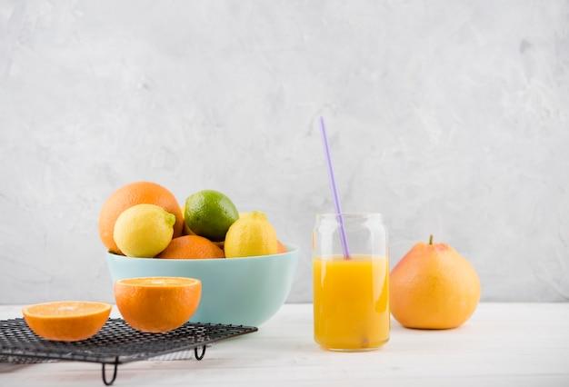 正面に出される準備ができているおいしいオレンジジュース