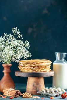 나무 책상에 있는 맛있는 팬케이크와 어두운 아침 식사 케이크 파이 달콤한 꿀 모닝 티 디저트 우유