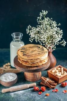 전면 보기 진한 파란색 우유 디저트에 우유와 함께 맛있는 팬케이크 아침 꿀 달콤한 아침 파이 케이크
