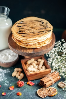 正面図ダークブルーのパイミルクデザート甘い朝のケーキ蜂蜜の朝食にナッツとおいしいパンケーキ