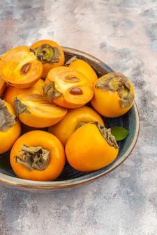 裸のボウルにおいしい柿を正面から見る