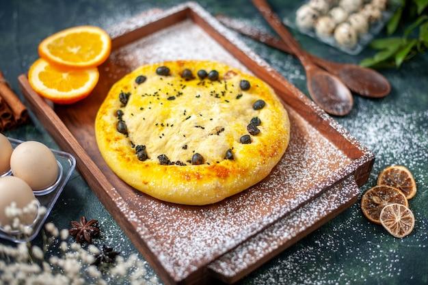 전면 보기 짙은 파란색에 과일이 있는 맛있는 파이 베이킹 파이 오븐 케이크 달콤한 핫케이크 베이글