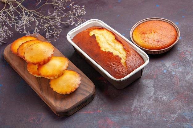 어두운 배경 차 비스킷 달콤한 파이 설탕 반죽 케이크에 차를위한 작은 케이크와 함께 전면보기 맛있는 파이