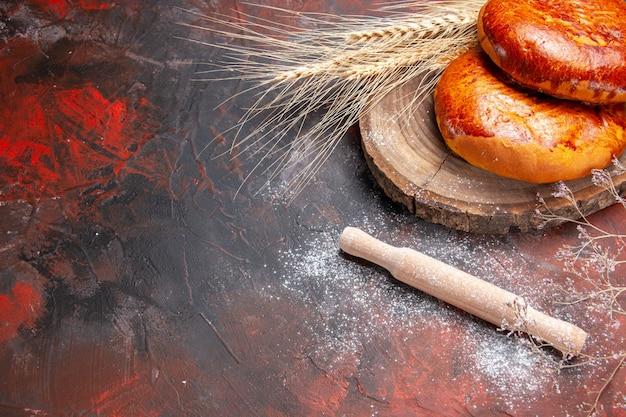 暗いテーブルケーキペストリー甘いパイのお茶のための正面図おいしいパイ