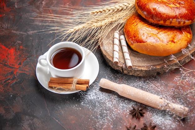 正面図暗いテーブルケーキペストリー甘いパイにお茶とおいしいパイ